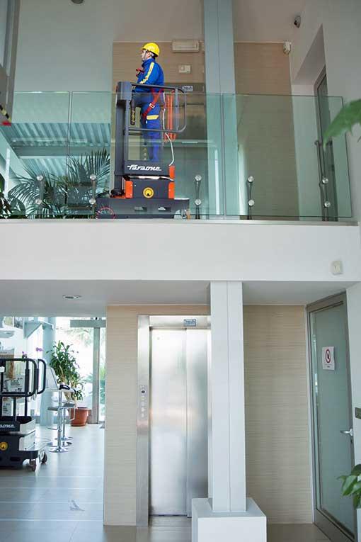 Facility Management auf einem Dachboden mit der Mini Arbeitsbühne Elevah Move Light