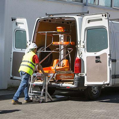 Die Mini Arbeitsbühne Elevah wird mit einem Transporter transportiert