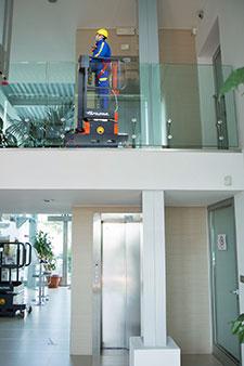 Wartungsarbeiten auf dem Dachboden mit der Mini Arbeitsbühne Elevah 5 Move Light