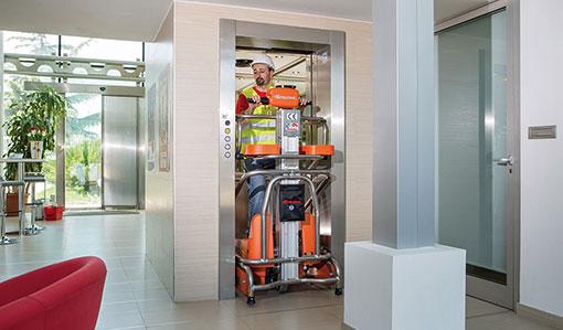 Die Mini Arbeitsbühne Elevah 5 Move Light wird in einem Aufzug transportiert