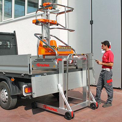 Die mobile Arbeitsbühne Elevah Move Light auf dem Laderaum eines LKW