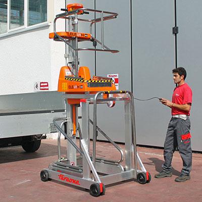 Die Mini Arbeitsbühne Elevah wird zu einem LKW gefahren dank der elektronischen Bedienung