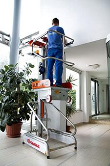 Reinigung der Glaswand in einer Firma mit der mini, selbstfahrende Arbeitsbühne Elevah 5 Move Light