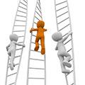 3 Menschen beim kommissionieren mit der Leiter