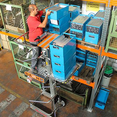 Lagerung von Metallbehältern in einem Hochregal mit dem Vertikal Kommissionierer Elevah 40 MP